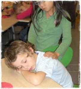 kindermassage in de klas, onderlinge kindermassage, pestgedrag, aanraken levensboehoefte, oxytocine, vechten, agresssief gedrag, ontspannen klas, leervermogen, concentratieproblemen, leerprestaties, tactiele stimulering, kinderen masseren elkaar, kindermassage, tactiele stimulering, zintuigenpret, massage, adhd, stress, kinderen, kindercursus, kinderworkshop, leren masseren voor kinderen, kindermassage Breda, kindermassageworkshop Breda